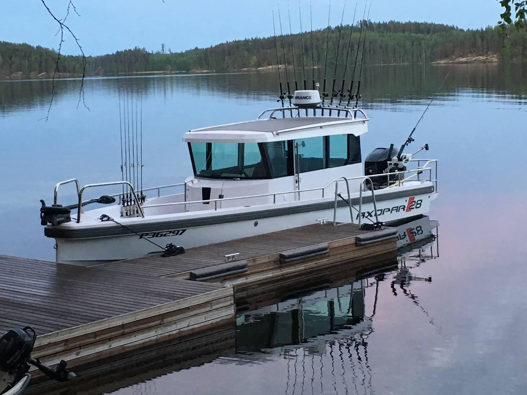 Катер для рыбалке на озере